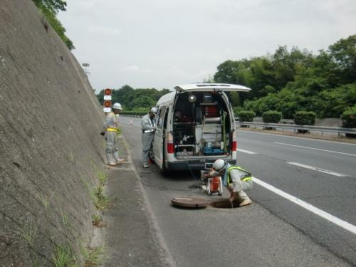 高速道路で洗浄・調査を行いました。