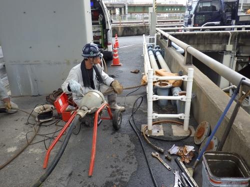 地下道のポンプ槽、排水管の清掃を行いました。