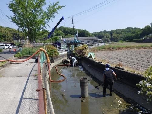 地元で水路の浚渫作業を実施致しました。