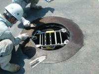 汚水槽内の清掃及びマンホールの鉄蓋交換を行いました。