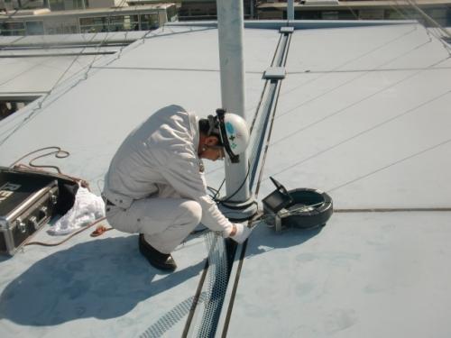 屋根の排水口の調査を行いました。