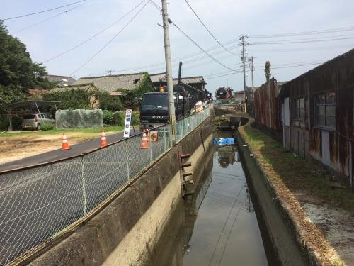 地元で水路の浚渫を行いました。